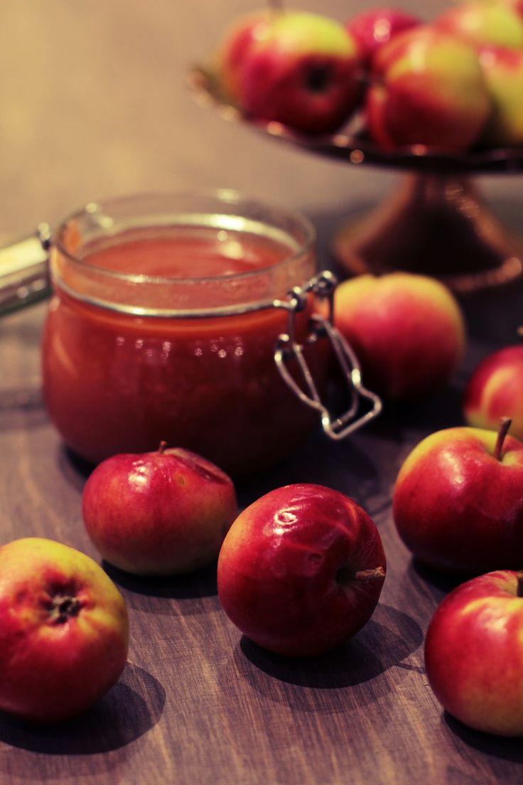 Omenahillolla täytät kakut, kääretortut, leivokset, läyty ja vohvelit. Maustat puurot, jogurtin ja rahkan. Omenahillo on monikäyttöinen herkku.