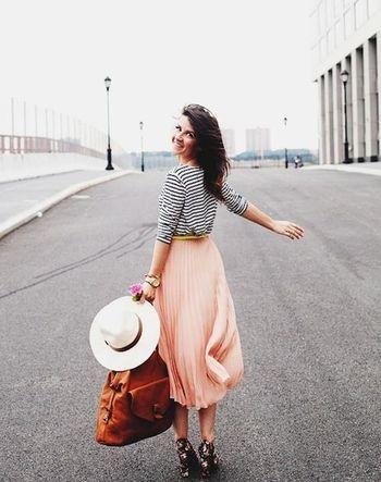 ロマンチックに揺れるフェミニンなチュールプリーツスカートにはボーダートップスを合わせて、甘くなりすぎない春らしいコーディネート。40代アラフォー女性におすすめのチュールプリーツスカートコーデ♪