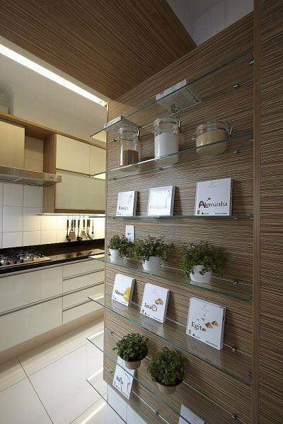 Veja belas ideias e referências de uso de prateleiras de vidro em ambientes. São 60 fotos para se inspirar.