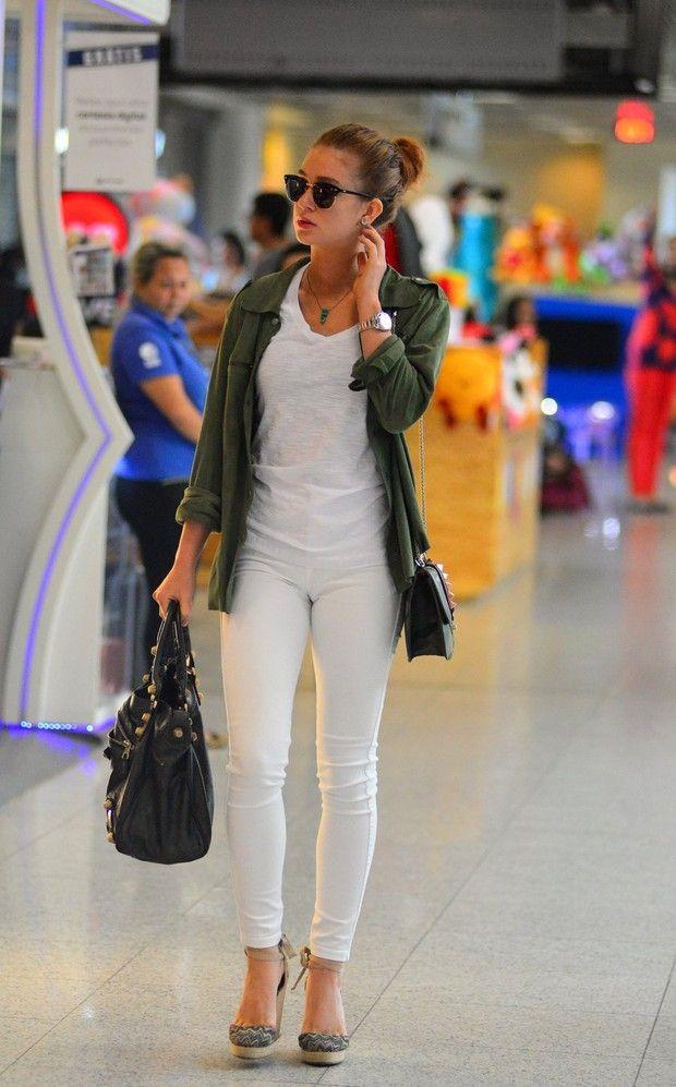 Marina Ruy Barbosa com produção casual chic: jeans branco e parka militar. Amei a combinação básica e chic