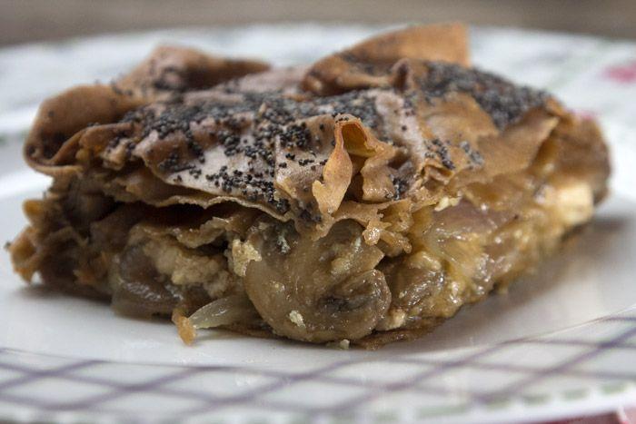 Μια μανιταρόπιτα με μπόλικο κρεμμύδι και μκρά μυστικά με φύλλο ολικής άλεσης
