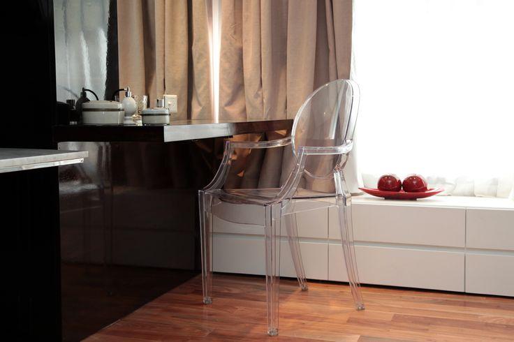 Habitaci n principal escritorio para maquillaje con silla for Mueble bajo escritorio