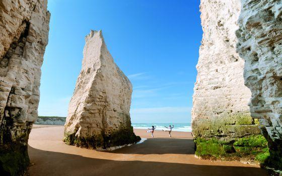 Dos bañistas en Botany Bay, al sur de Inglaterra.