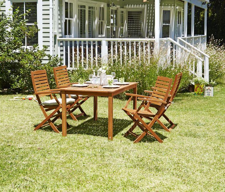 Iti poti transforma gradina intr-o sufragerie de vara! Cu un set de calitate format din masa HAMAR și scaunele KERTEMINDE, realizate din lemn de esenţă tare tratat cu ulei. | JYSK