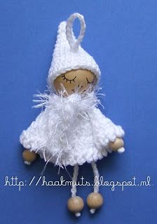 Gratis Kerstengel en Roodkapje patroon. Meteen was ik gecharmeerd van dit lieve popje. Ik maakte ook popjes in kleur en werkte jurkje en muts af met een wit picootje, onder de jurk een belletje ipv een kraal, succes was verzekerd.