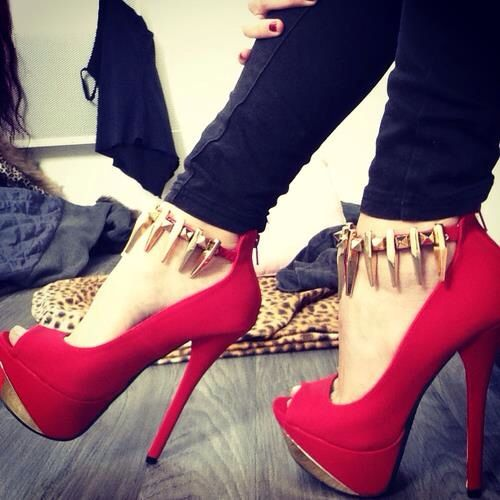 Zapatos rojos con púas