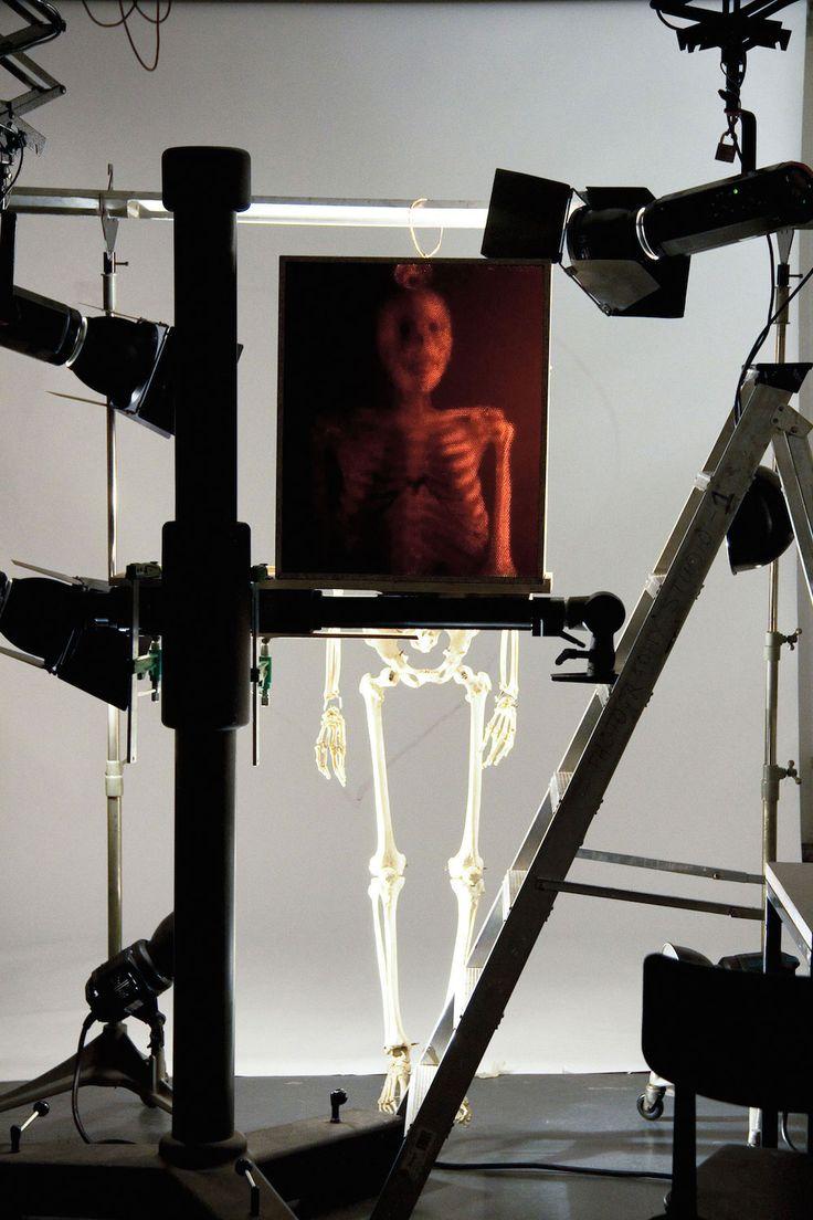 Cet appareil photo n'a pas d'objectif mais juste 32 000 pailles noires à la place qui amènent la lumière du sujet vers du papier photographique et capturent le sujet en taille réelle avec une multitude de petits cercles. Créé par Michael Farrell et Cliff Haynes ce dispositif entre le photogramme et le sténopé est visible …