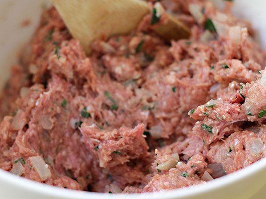Deliciosa receta hecha al horno, con carne molida, hierbas y otros ingredientes fáciles de conseguir. Bañado en un glaseado que le da un sabor espectacular!