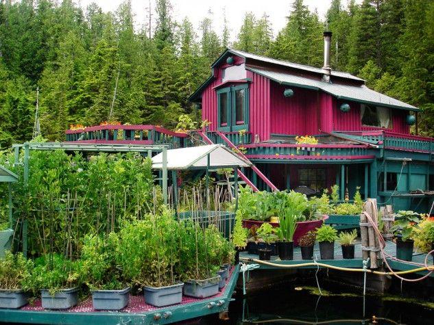 O casal de artistas que não podia comprar casa e que construiu uma... ilha flutuante