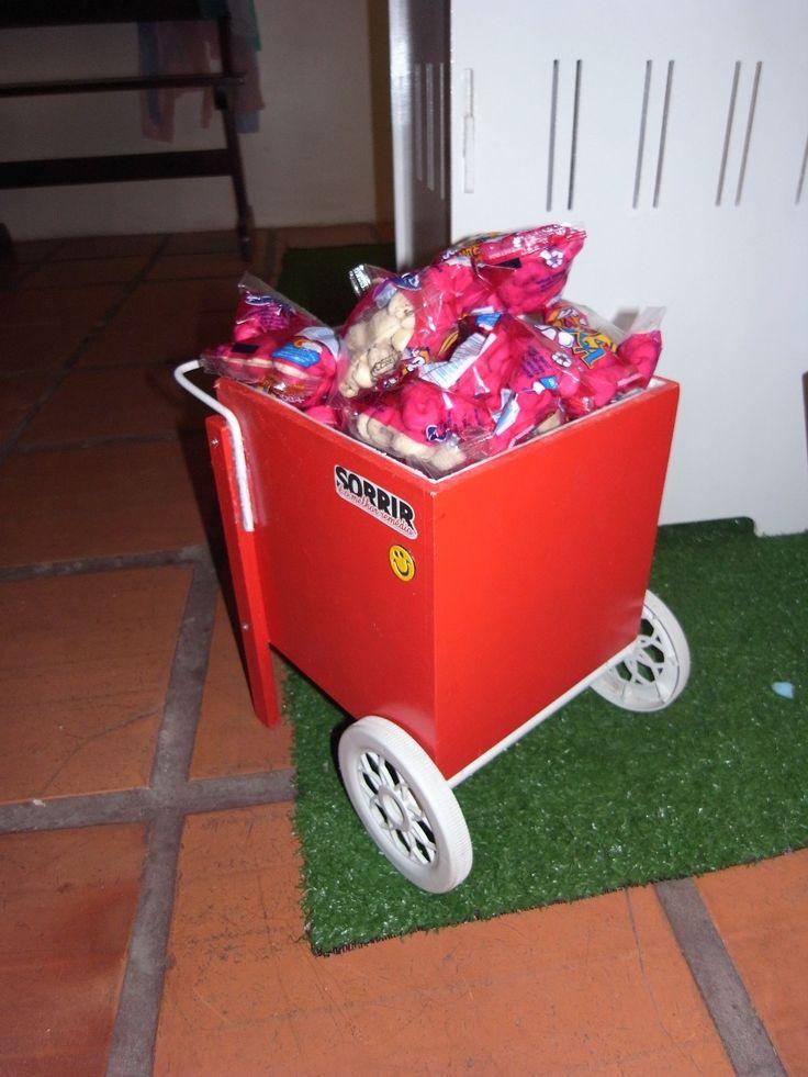 Carrinho para decoração de festas, totalmente reaproveitado. Rodas de um antigo carrinho de brinquedo, eixo era um cabo de metal, tinta antiga, haste para a empunhadura de um antigo refrigerador.