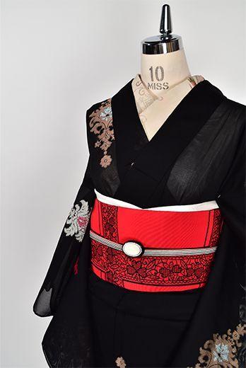 シックな黒の地に、きらりときらめく銀と金の糸とあでやかな赤の色糸美しく織りだされたヨーロッパの宮殿を彩るような装飾模様がロマンチックな紗の夏着物です。