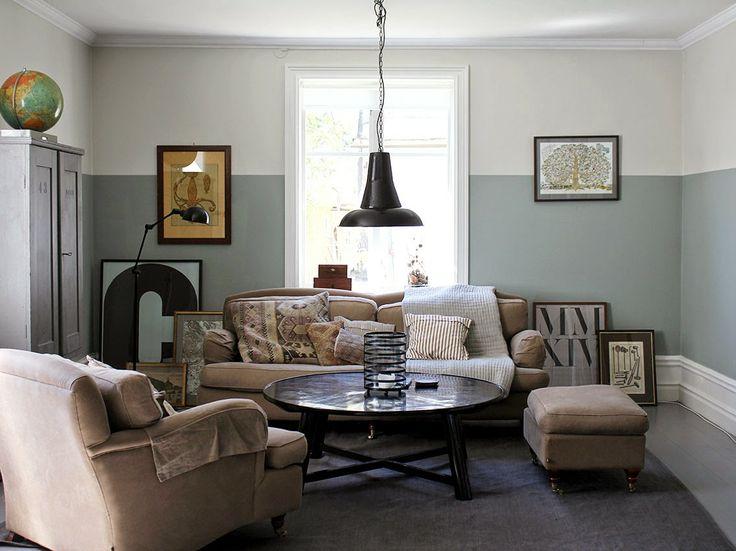 """Vardagsrum med två färgtoner på vägg, fin effekt och vackert milda färgtoner. 2/3-del nedan: S 3005-G20Y. 1/3 ovan: Flügger (eller Beckers?) """"Fläder"""". Karl gillar."""