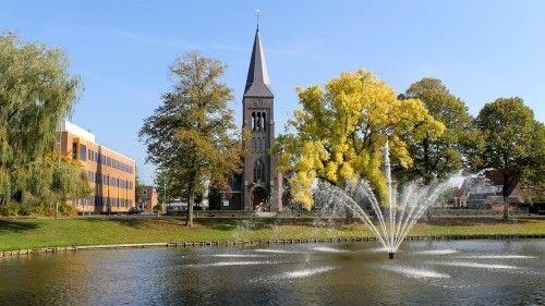 De Sint-Jozefkerk aan de Buitensingel in Delfzijl is een driebeukige kruiskerk uit 1924. De R.K. kerk is ontworpen door Clemens Hardeman (1893-1963) in een neogotische stijl. De Sint-Jozefkerk kan worden gezien als een van de laatste voorbeelden van neogotiek in Nederland. Naast de kerk staat een pastorie (op de foto achter de boom in herfstkleuren). Beide bouwwerken zijn Rijksmonumenten. Links van de Sint-Jozefkerk ligt de Commandeurstraat. Op de voorgrond is de oude vestinggracht van…