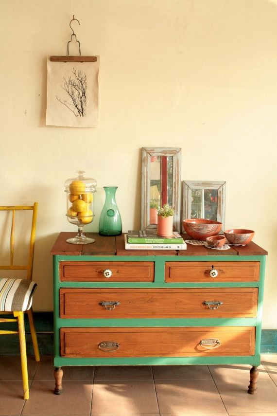 Antigua cajonera restaurada y convertida en un mueble de campo. Tiene cuatro cajones, dos grandes y dos pequeños, en madera natural. La estructura est...