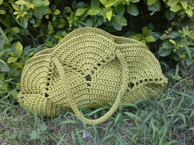 Crochet bag with diagram - basically is a round doily and the handles. Turkish site.