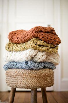 同じ編み方でも色を変えるとそれぞれに味わいが出ます。極太の毛糸はもちろん、細めの毛糸も何本かにまとめて編めばOK!