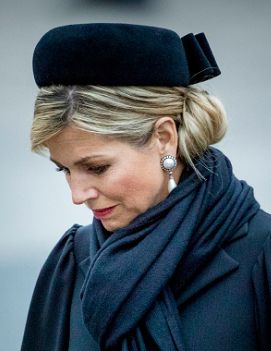 King Willem Alexander and Queen Máxima took part in the National Remembrance ceremony held at the National Monument on Dam Square in Amsterdam today. Queen Máxima repeated her black felt rounded pi…