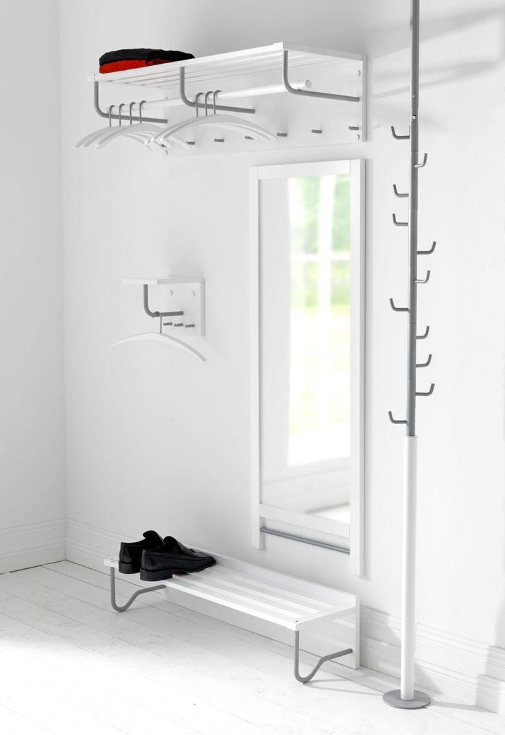 Entré är en serie hallmöbler från Stolab som passar lika bra i den lilla hallen som i den stora entrén. Alla delar är genomtänkta in i minsta detalj, både i praktiskt och estetiskt syfte. Entré hatthylla har en stabil infästning i väggen. Hylla med urfrästa spår, klädstång samt knoppar för kläder, nyckelringar, m.m.
