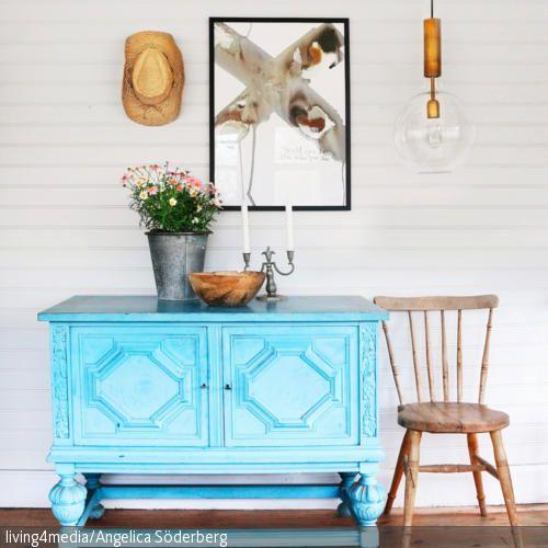 Die blau lackierte Kommode ist ein echter Hingucker in diesem Flur. Der Stil im Raum ist eine interessante Mischung aus Country- und Vintage-Look. Hier dominieren …
