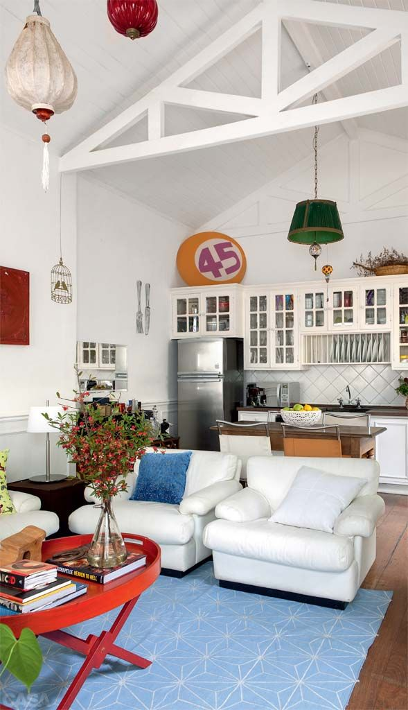 Numa loja da rua Teodoro Sampaio, a moradora encontrou estas cadeiras Bristol da mesa de refeições que fica na cozinha integrada.