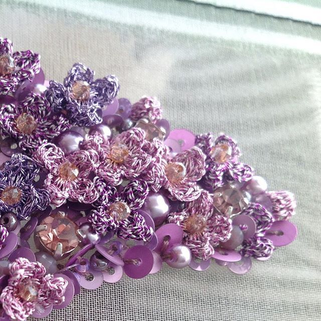 Немножко сирени...Фрагмент украшения.Каждый цветочек создан @kochetygova_elena .Мне интересно было придумать с ними вышивку