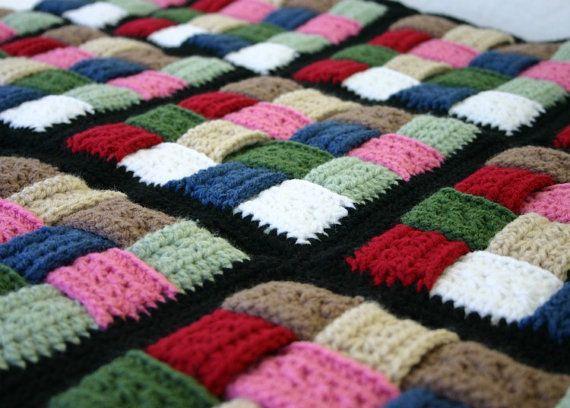 Canasta tejido afgano, manta.  Este hermoso afgano se hace de rojo, rosa, azul, claro y oscuro marrón, claro y oscuro suave, verde blanco y negro de lana peinada hilado de acrílico de peso. Es muy espeso y caliente y añadirá mucha belleza a su hogar.  Lo que ves es la culminación de más de 65 horas de trabajo. Valió la pena cada minuto de mi tiempo para hacer algo tan bonito y sé que te va a encantar, también.  Lavable a máquina  41 X 49  Como siempre, mis artículos vienen de un hogar libre…