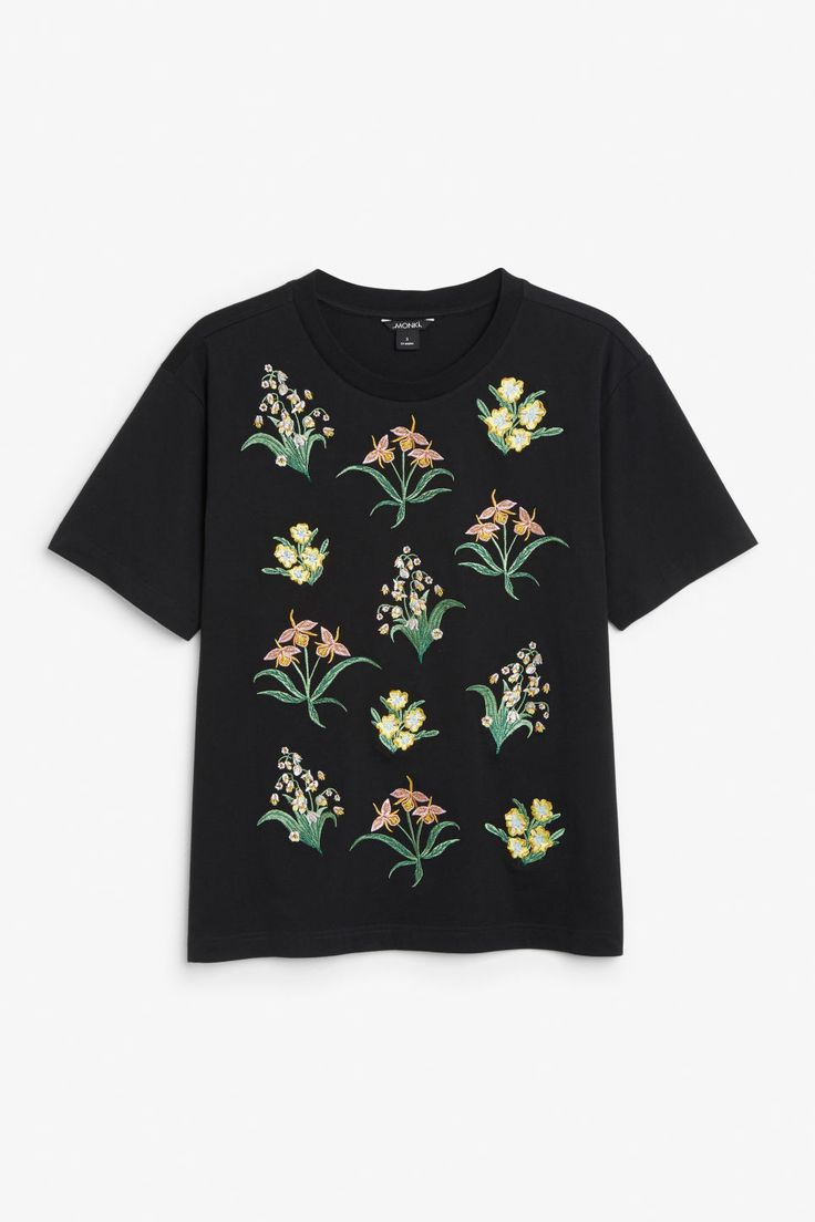An oversized tee with embroidered details. Did we mention it s made from 100% organic cotton? In a size small the chest width is 106 cm and the length is 6