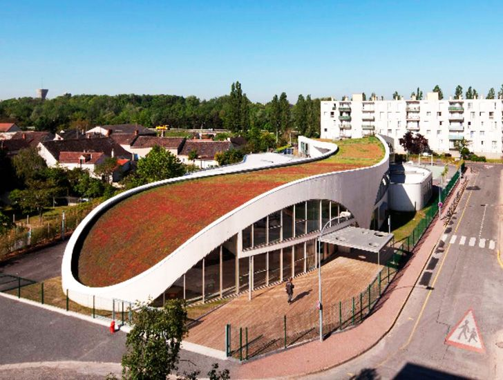 Curvaceous green roofed jean moulin school completed in for Architecte montargis