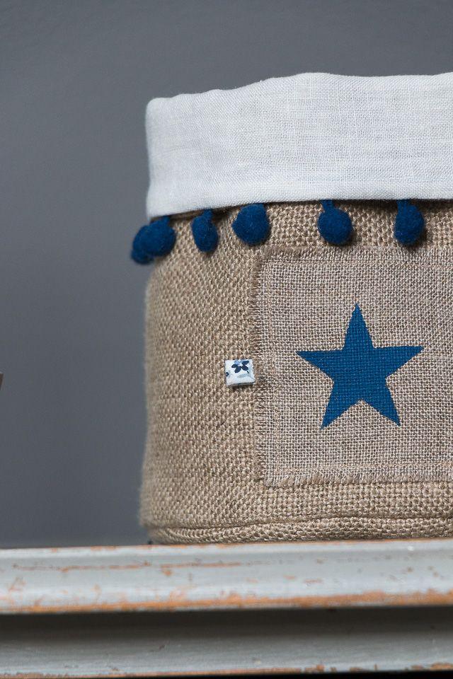 Fourre-tout POMPONS – Etoile bleue – Taille M Détails : Pompons bleu et étoile bleue réalisés à la main au pochoir. Ce fourre-tout en lin épais, doublé en lin blanc à l'intérieu…