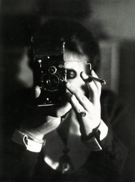 Germaine Krull um 1928 im Selbstporträt mit ihrer Icarette-Kamera: Die 1897 in der damals noch preußischen Provinz Posen geborene Fotografin war damals auf dem Höhepunkt ihres Erfolgs.