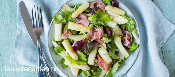Een heerlijke lente salade met asperges, parmaham en een honing mosterd dressing