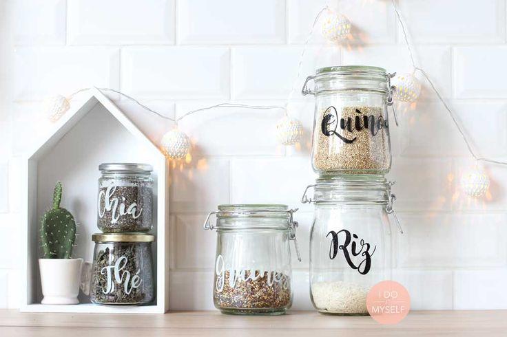 Voici un super DIY pour ranger tous les ingrédients des placards de votre cuisine dans des bocaux des plus élégants !