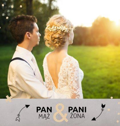 Fotoksiążka ślubna nie musi być nudna. Mąż i żona, to szablon, który został stworzony dla wszystkich Młodych Par podchodzących do ślubu w sposób oryginalny i luźny. Stonowane kolory szarości i beżu oraz modna grafika sprawią, że pamiątka ze ślubu stanie się wyjątkowa. Fotoksiążka z tym szablonem, to również idealny pomysł na prezent dla gości weselnych.