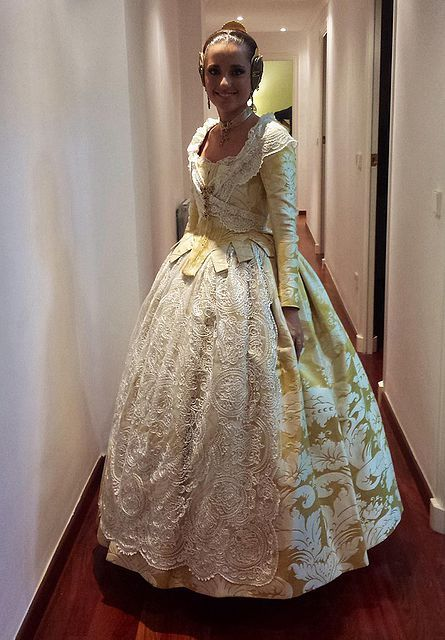Traje siglo XVIII amarillo pastel con blanco. Carmen Sancho de Rosa. FMV 2014