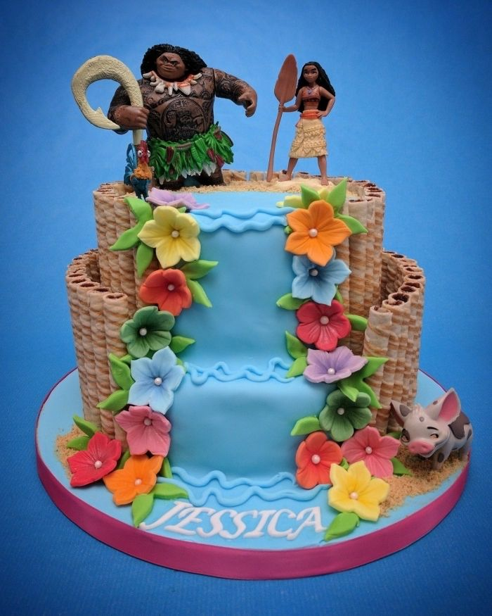 Pastel Vaiana con diseño de cascada de dos pisos decorado con flores en …
