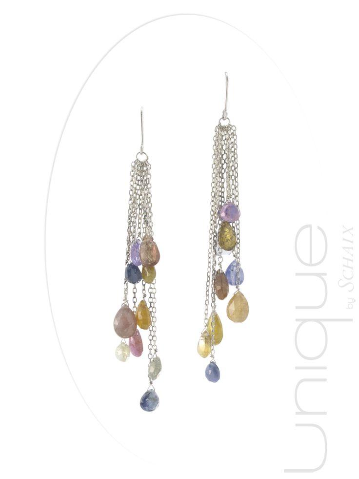Boucles d'oreilles en argent avec des gouttes facettées de saphir multicolores.