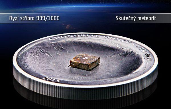 """""""Padající hvězdy"""", které občas vidíme na obloze nejsou nic jiného než meteority, kterým se podařilo projít hustými vrstvami atmosféry a dostat na zemský povrch. Kousek vlastní padající hvězdy můžete získat s naprosto originálním numismatem, který obsahuje úlomek pravého meteoritu!  Mince je vyražena z 1 oz ryzího stříbra 999/1000 a je naprosto unikátní svým zpracováním. Má konkávní, prohloubený tvar, který představuje impaktní kráter po dopadu meteoritu na zem! #narodnipokladnice"""