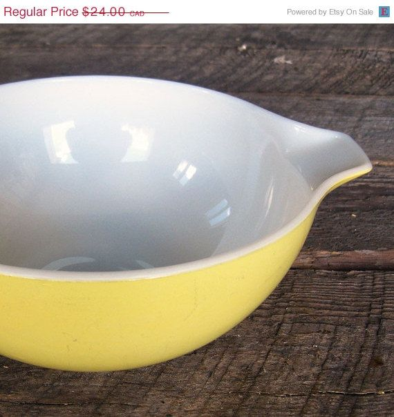 Bol Pyrex jaune vintage à poignées pour servir et par Auboutdurang 24,00$ CAD