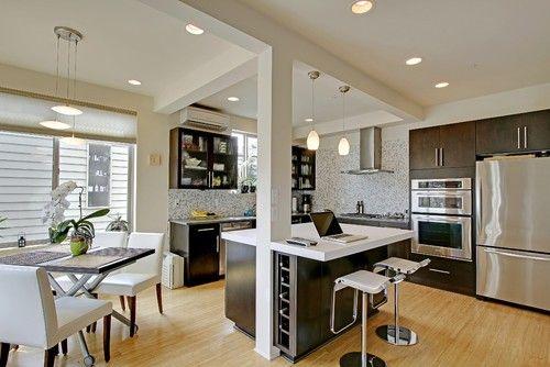 Dieses offene Konzept Küche verfügt über eine Nook Kücheninsel mit einer eckigen Spalte auf der Durchreise, die es macht Aussehen stärker ausgeprägt. Foto von Alhadeff Gruppe