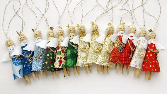 Cet ensemble de trois Angel Noël en toile de jute, pour décorer le sapin de Noël. C'est un cadeau merveilleux pour les vacances ! Décoration a été faite à l'aide de chariot en bois cheville, lin, feutrine, fils, dentelle, charme et ficelle naturelle. Couronnes élégants ornent leurs têtes. S'il vous plaît choisir la couleur des vêtements des anges ! Taille : hauteur : 12 cm/4,7 n'incluant ne pas une boucle de suspension Anges sont fait à la main, donc peuvent différer dans les petits d...
