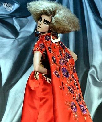 John Galliano.Cada uno de los 40 modelos de la colección fue un sorprendente bordado, en algunas ocasiones sobre complejos vestidos de seda pintados a mano, de lejana inspiración oriental.