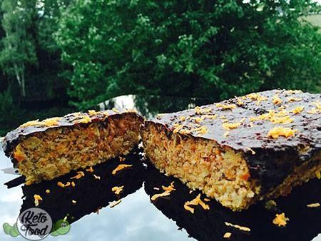 Cleaner und gesunder low carb high fat Karottenkuchen mit Mandeln und Zartbitterschokolade, der nicht nut glutenfrei & milchfrei sondern auch ketogen ist