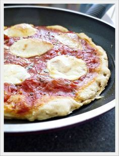Schnelle Pfannenpizza: 150 g Mehl mit 1 TL Backpulver mit 2 EL Olivenöl und 75 ml Wasser zu einem klebrigen Teig verkneten. Teig in eine Pfanne geben und gut auslegen. 2 EL Tomatenmark auf dem Teig verstreichen. 2 Tomaten in kleine Stücke schneiden, mit Salz, Pfeffer, Oregano und Basilikum würzen und darüber verteilen. Mit in dünne Scheiben geschnittenem Mozarella belegen. Deckel drauf und am Herd auf mittlerer Hitze ca. 15 bis 20 Minuten backen.