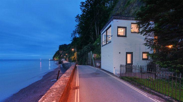 ตัวบ้านมีขนาดกระทัดรัดก่อสร้างด้วยปูนเป็นส่วนใหญ่ ติดกับถนนเลียบชายทะเล