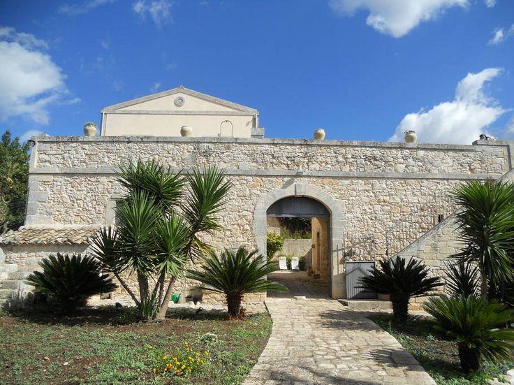 House in Ragusa, Italy. Struttura tipica ragusana con pareti in pietra ...
