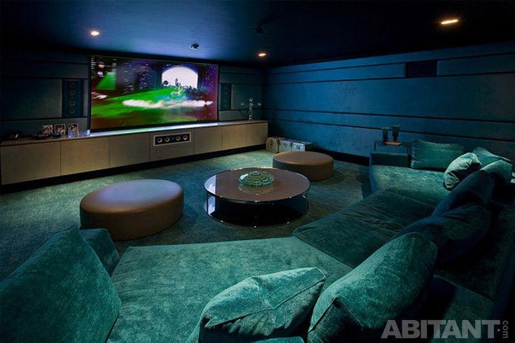 Мягкий диван и круглые столики