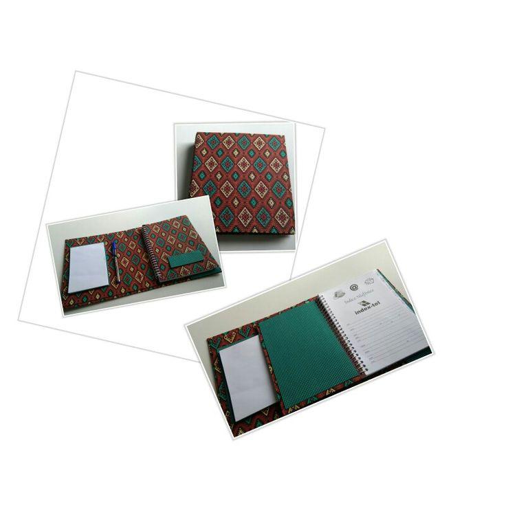 Agenda telefónica com capa, caneta e bloco de anotações