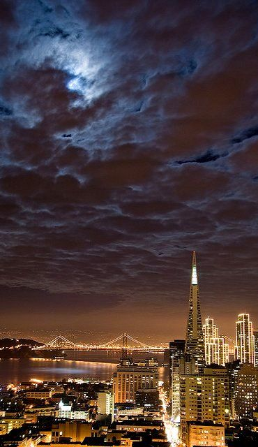 San Francisco, California comes alive at night with beautiful lights and a thriving nightlife. #California #travel #SanFrancisco