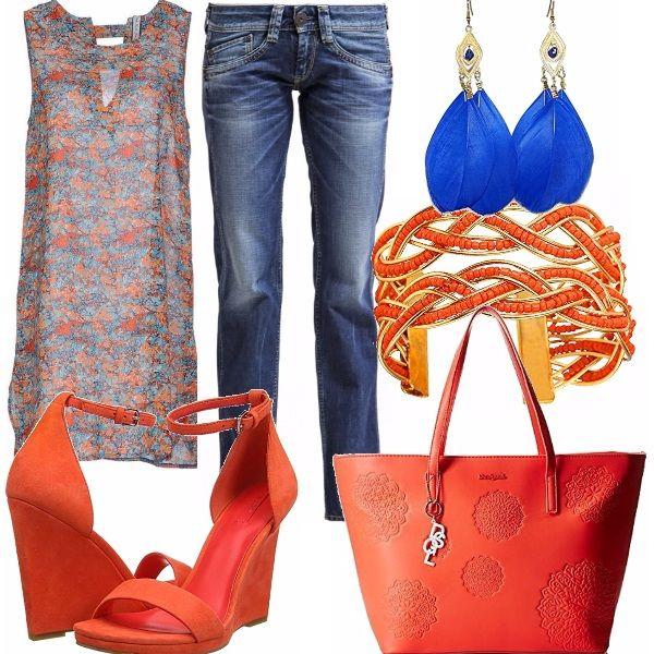 Accoppiata di colori perfetta per un corpo abbronzato.Casacca lunga arancio e blu con stampa floreale abbinata ad un jeans a sigaretta a vita bassa. Sandalo alto con zeppa arancio come la shopping bag di Desigual. Accessori luminosi e semplici.