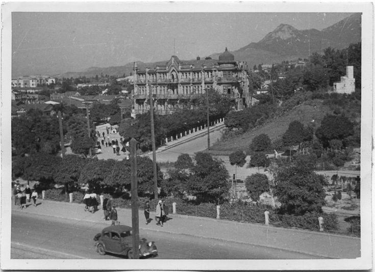 осень 1942. Фото немецкое. В верхней части сквера видны кресты кладбища.
